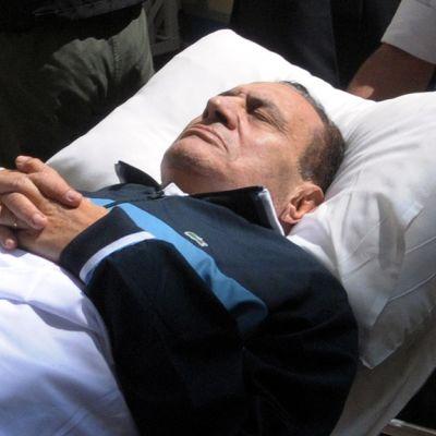 Mubarakia viedään oikeussaliin paareilla.