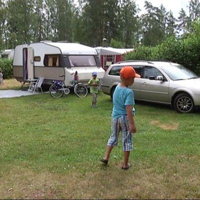Matkailijoita Heinäsaaren leirintäalueella Heinolassa kesällä 2012.