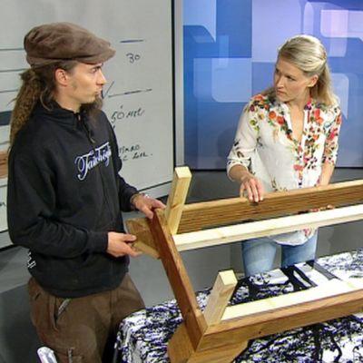 Puuseppä Kaj Leino rakensi Aamu-tv:n lähetyksen aikana laatikon kukkien tai yrttien kasvatukseen.