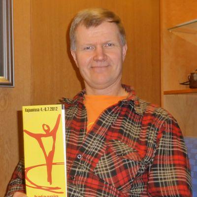 Taisto Reimaluoto on Kajaanin Runoviikon taiteellinen johtaja.
