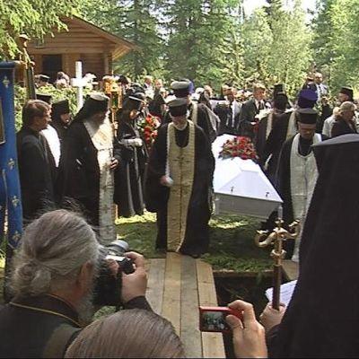 Igumenia Marinan hauta-arkkua lasketaan hautaan.