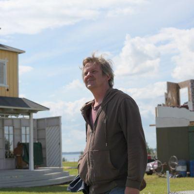Mooseksen Perintö -näytelmän ohjaaja Jukka Mäkinen seisoo kulisseissa aurinkoisessa Joensuussa.