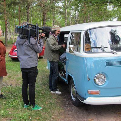Kameramies kuvaa kleinbussia