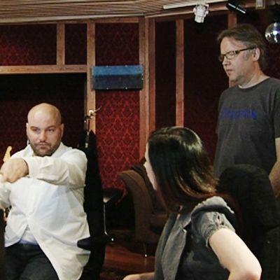 Kerkko Koskinen Kollektiivi työstää levyään studiolla.