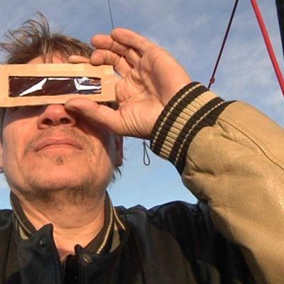 Hämeenlinnan tähtitieteenharrastajien yhdistys Vega ry:n puheenjohtaja Raimo Känkänen katselee Venuksen ylikulkua kuumailmapallossa.