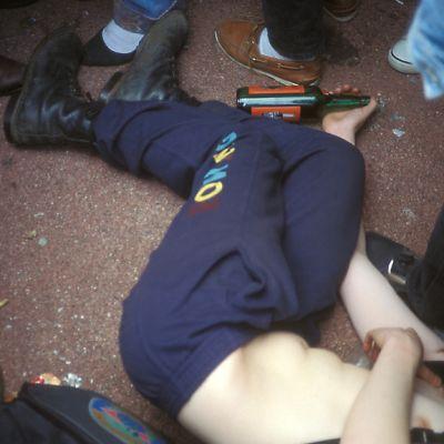 Päihtynyt lattialla