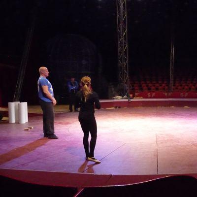 Sirkustaiteilijat harjoittelevat sirkusmaneesilla.
