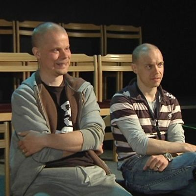 Kuvassa Ari-Pekka ja Jarkko Lahti istuvat teatterin katsamossa