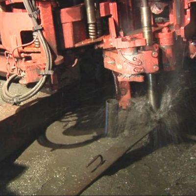 Kone poraa reikää Kylylahden kaivoksessa.