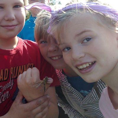 Lennun löytämä vastakuoriutunut sudenkorento ristittiin porukalla Elmeriksi.