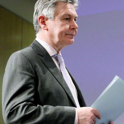 Karel de Gucht lehdistötilaisuudessa Euroopan komission päämajassa Brysselissä  maaliskuuta 2012.