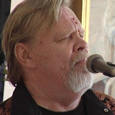 Vesa-Matti Loiri laulamassa vanhuksille Loviisassa.