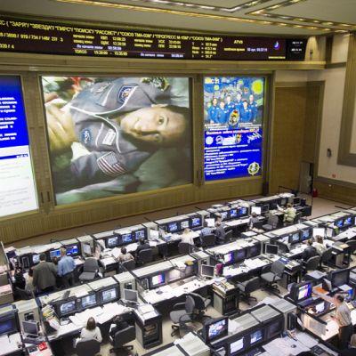 Nasan lentoinsinööri Joseph Acaban tervehtii tv-screenillä Venäjän avaruushallinnon komentokeskuksen työntekijöitä.