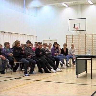Kirjailijat Marja-Leena Lempinen ja Kirsti Kuronen kertovat koululaisille työstään Pielaveden koululla.
