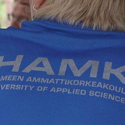 HAMKin logo paidan selässä.
