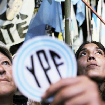 Hallituksen kannattajia parlamentin edutalla Buenos Airesissa 3. toukokuuta 2012.