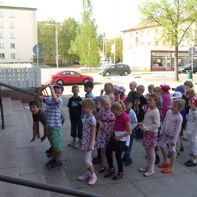 Koululaiset jonottavat katsomaan Babe-possusta kertovaa teatterinäytelmää.
