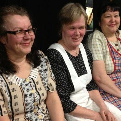 Kolme naista (Tarja Airaksinen, Inga Ahtola-Helin ja Brita-Helena Railola )istuu vierekkäin penkillä.