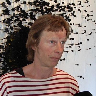 """Kuvanveistäjä Pekka Jylhä on osallistunut näyttelyn kokoamiseen. Taustalla Benjamin Orlowin työ """"Kaikki Ideat""""."""