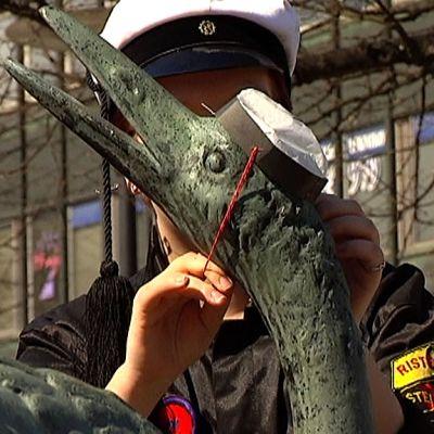 Kurki-patsasta lakitetaan Lappeenrannassa.