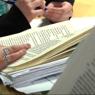 Kirjoja opiskelijoiden käsissä.