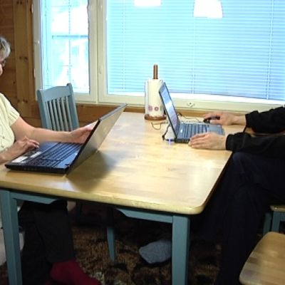 Sirpa Kinnunen ja Jarmo Karjalainen saivat valokuidun avulla toimiston kotikeittiöön.