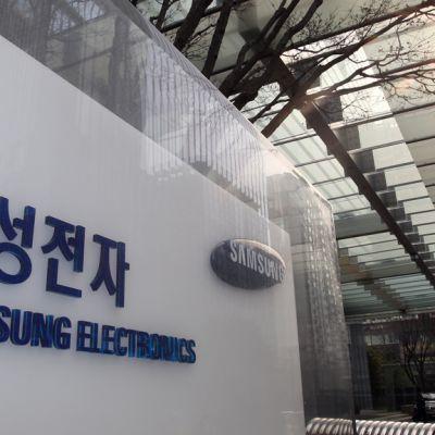 Samsungin logo yhtiön päämajan edustalla