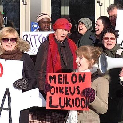 Lauritsalan lukiolaiset osoittavat mieltään kaupungintalon edustalla.