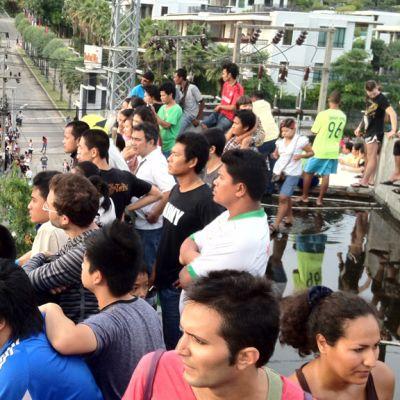 Katoille kiivenneet turistit ja paikalliset asukkaat odottivat mahdollista tsunamia Thaimaan Phuketissa keskiviikkona.