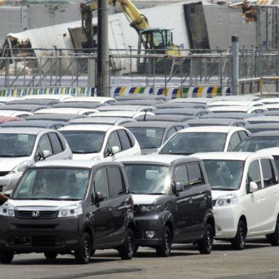 Japanilaisia autoja Sendain satamassa odottamassa laivausta.