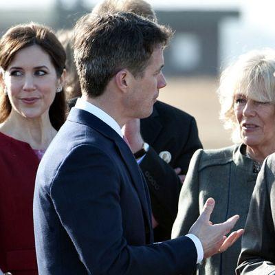 Tanskan kruununprinsessa Mary ja kruununprinssi Frederik vastaanottavat Cornwallin herttuatar Camillan ja Britannian prinssi Charlesin Kööpenhaminassa 24. maaliskuuta 2012.