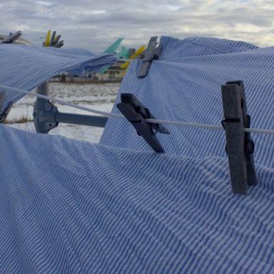 Lakanoita pyykkinarulla talvella.