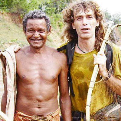 Oikealla toinen panttivangeista, italialainen Paolo Brusco, joka on kuvattiin yhdessä tuntemattoman heimomiehen kanssa. Bruscoa ei tiettävästi ole vielä vapautettu.