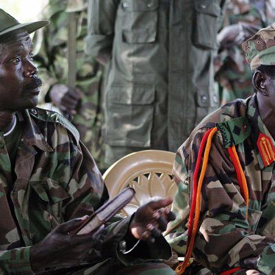 Herran vastarinta-armeijan johtaja Joseph Kony (vas.) apulaisjohtaja Vincent Otti (oik.) vierellään kuvattuna 12. marraskuuta 2006 Sudanissa.