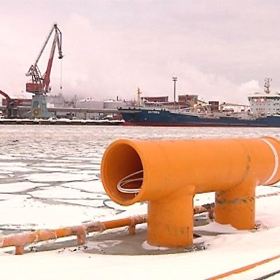 Kuvassa näkymä Ykspihlajan satamasta, laituria, taustalla rahtilaiva.