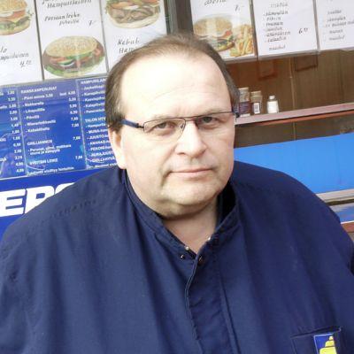 Timo Lemponen grillin edustalla.