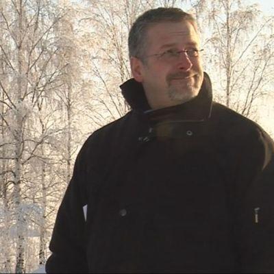 Alisha Hasan ja Marko Kilpi katselevat kuvauspaikkoja Kuopiossa.