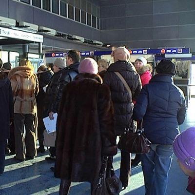 Venäläisiä jonottaa passintarkastukseen Nuijamaalla.