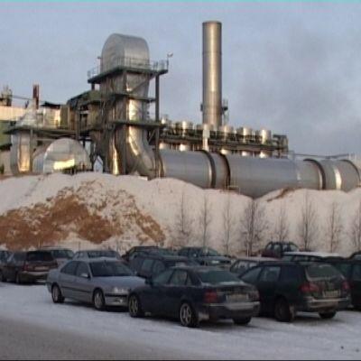 Teollisuuslaitos Puhoksen talvisessa maisemassa.