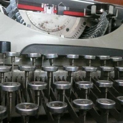 Kirjailijatalon vanha kirjoituskone.