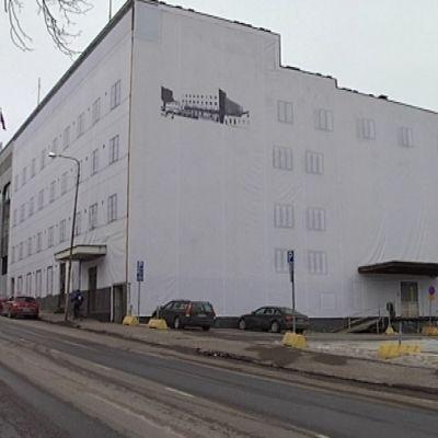 Alvar Aallon suunnittelema Valtiontalo Jyväskylässä odottaa huputettuna kunnostusta.