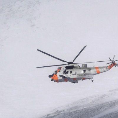 Norjalainen Sea King pelastushelikopteri etsii kadonnutta kuiljetuskonetta Ruotsin Kebnekaisen alueella