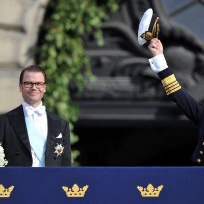 Kruununprinsessa Victroria, prinssi Daniel ja Kuningas Kaarle XVI Kustaa prinsessa Victorian ja prinssi Danielin häissä kesällä 2010.