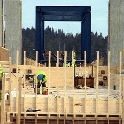 Miehet tekevät rakennustöitä Kallansiltojen työmaalla.