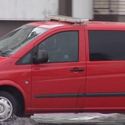 Punainen auto. Poliisi kyydissä.