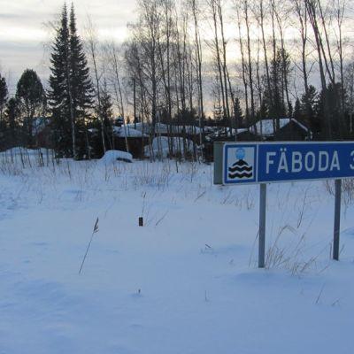 Kuvassa  liikennerajoituksesta kertova merkki,  Fäbodaan  osoittava tienviitta, maalaismaisemaa talvella