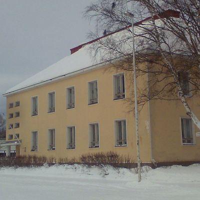 Pappila huoltoaseman suunnasta katsottuna, talvinen maisema.