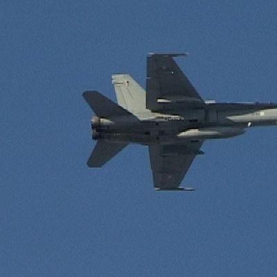 Hornet-hävittäjä lennossa.