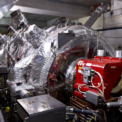 CERNin 188 metrin mittainen antiprotonihidastin (Antiproton Decelerator - AD). CERNissa toimivat antivetykokeet saavat taalla kayttoonsa noin 30 miljoonaa antiprotonia joka sadas sekunti.