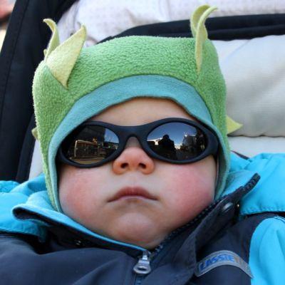 Nyt ei aurinko häikäise! Reilun vuoden ikäinen Kaapo vasta totuttelee aurinkolaseihin.